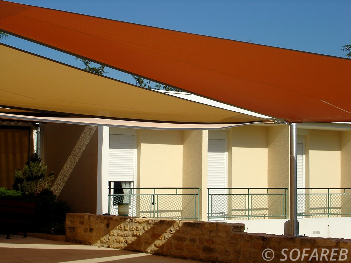 orange-jaune-terrasse-voile-d'ombrage-qualite-professionnelle-particulier-sur-mesure-mesures-vendée-qualité-france-française-Sofareb-local-expérience-particulier-professionnels-protection-solaire-terrasse-exterieur-design-moderne-jardin-ombre-ombrage-architecte-shadesail
