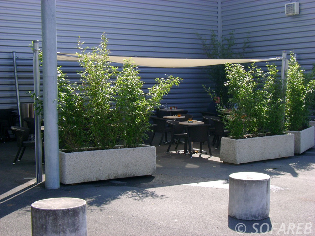 voile-d'ombrage-qualite-professionnelle-particulier-sur-mesure-mesures-vendée-qualité-france-française-Sofareb-local-expérience-particulier-professionnels-protection-solaire-terrasse-exterieur-design-moderne-jardin-ombre-ombrage-architecte-shadesail-blanche