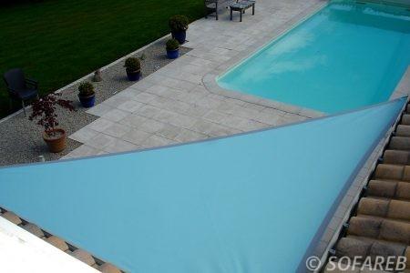 piscine-creusse-blue-bleue-voile-d'ombrage-qualite-professionnelle-particulier-sur-mesure-mesures-demande-vendée-qualité-france-française-Sofareb-local-expérience-particuliers-professionnels-protection-solaire-terrasse-exterieur-design-moderne-jardin-ombre-ombrage-architecte-shadesail