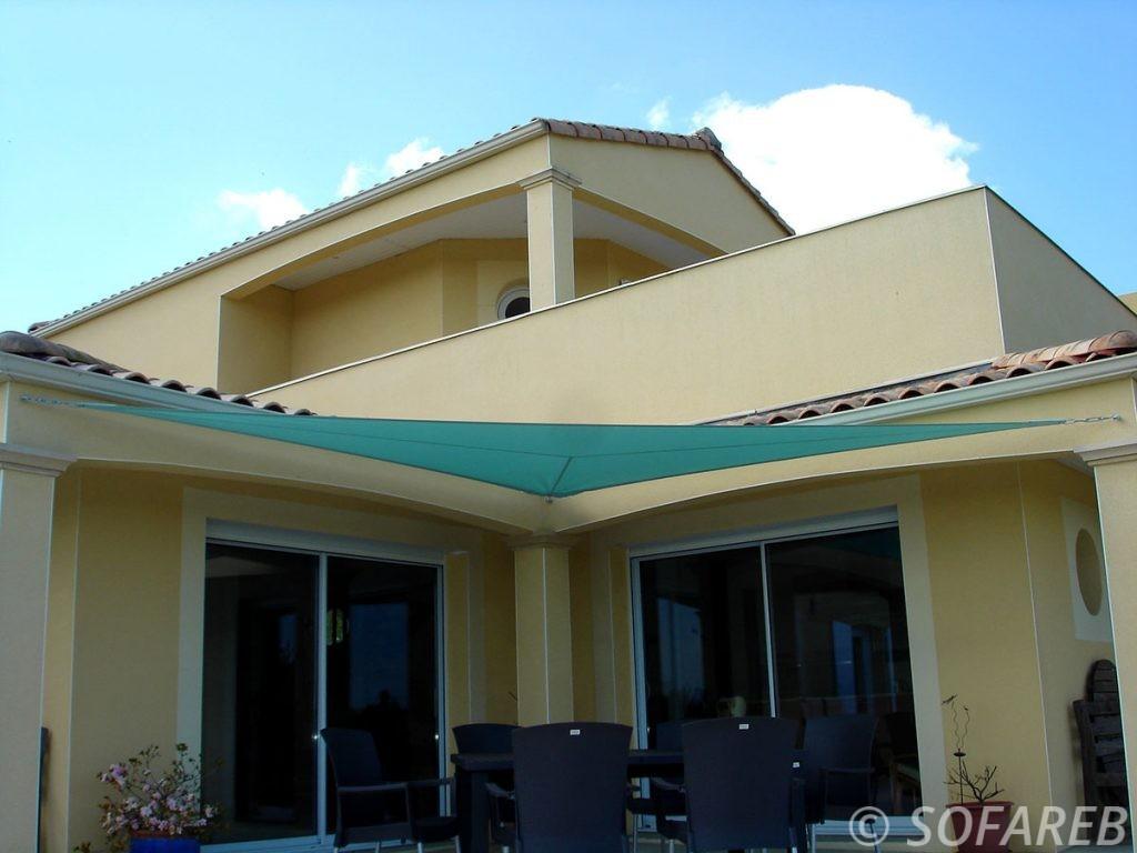 voile-d'ombrage-qualite-professionnelle-particulier-sur-mesure-mesures-demande-vendée-qualité-france-française-Sofareb-local-expérience-particuliers-professionnels-protection-solaire-terrasse-exterieur-design-moderne-jardin-ombre-ombrage-architecte-shadesail-bleu-bleue-grande-maison