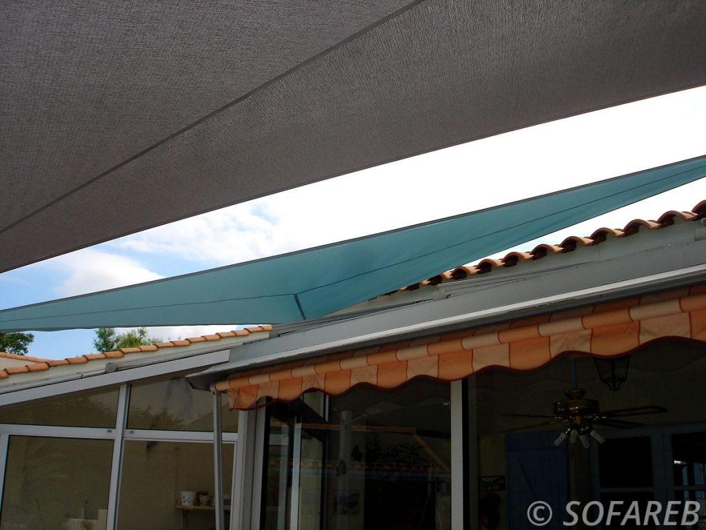 voile-d'ombrage-qualite-professionnelle-particulier-sur-mesure-mesures-demande-vendée-qualité-france-française-Sofareb-local-expérience-particuliers-professionnels-protection-solaire-terrasse-exterieur-design-moderne-jardin-ombre-ombrage-architecte-shadesail-bleue