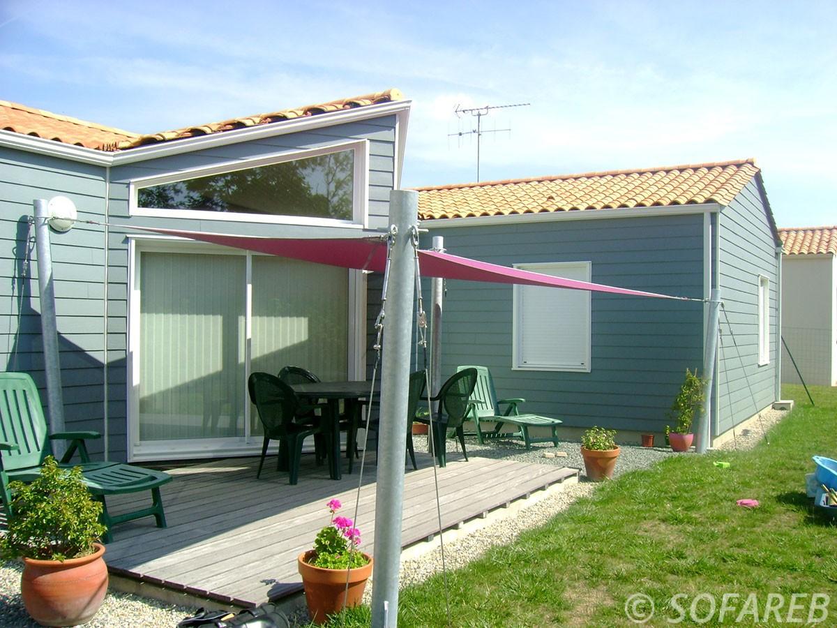 voile-d'ombrage-qualite-professionnelle-particulier-sur-mesure-mesures-demande-vendée-qualité-france-française-Sofareb-local-expérience-particuliers-professionnels-protection-solaire-terrasse-exterieur-design-moderne-jardin-ombre-ombrage-architecte-shadesail-rose-maison-grise