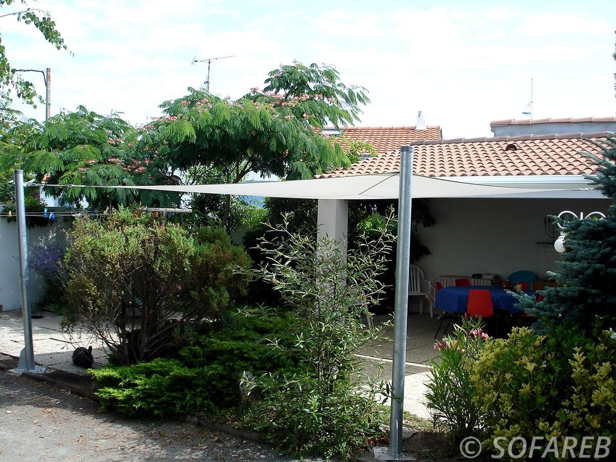 voile-d'ombrage-qualite-professionnelle-particulier-sur-mesure-mesures-demande-vendée-qualité-france-française-Sofareb-local-expérience-particuliers-professionnels-protection-solaire-terrasse-exterieur-design-moderne-jardin-ombre-ombrage-architecte-shadesail-terrasse-grose-verdure