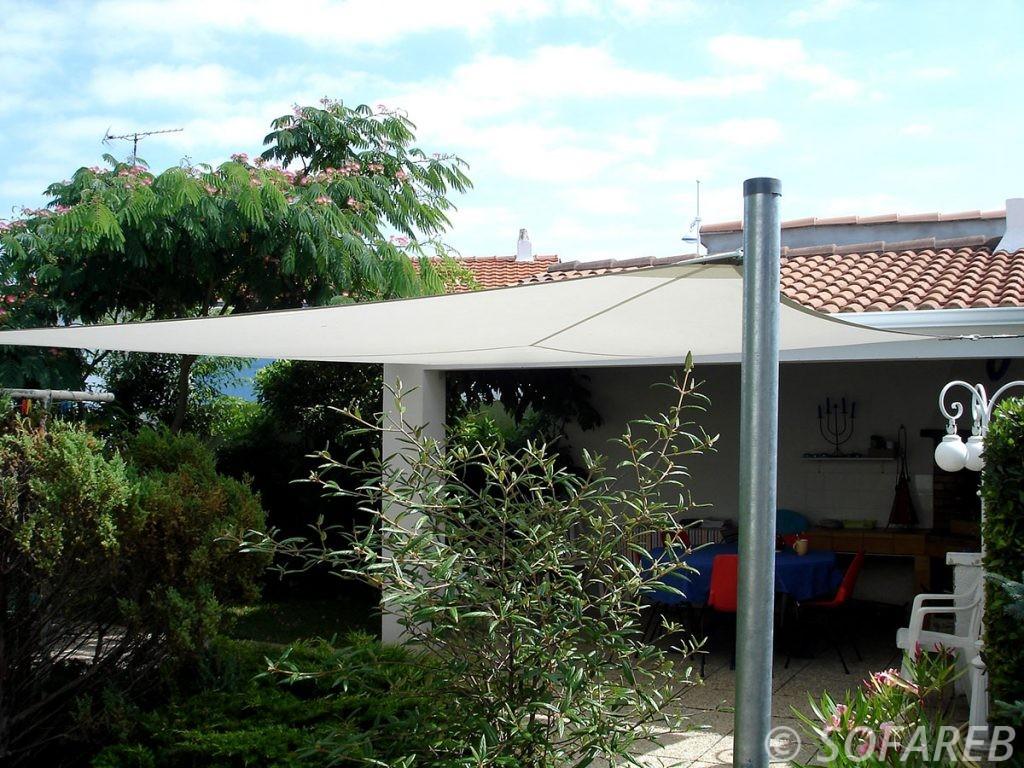 voile-d'ombrage-qualite-professionnelle-particulier-sur-mesure-mesures-demande-vendée-qualité-france-française-Sofareb-local-expérience-particuliers-professionnels-protection-solaire-terrasse-exterieur-design-moderne-jardin-ombre-ombrage-architecte-shadesail-terrasse-blanche