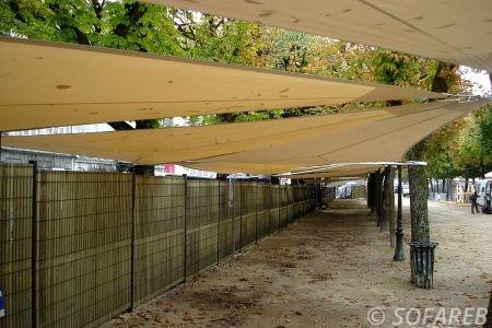 voile-d'ombrage-qualite-professionnelle-particulier-sur-mesure-mesures-demande-vendée-qualité-france-française-Sofareb-local-expérience-particuliers-professionnels-protection-solaire-terrasse-exterieur-design-moderne-jardin-ombre-ombrage-architecte-shadesail-terrasse-beige