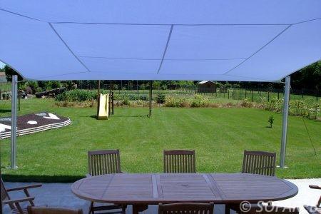 voile-d'ombrage-qualite-professionnelle-particulier-sur-mesure-mesures-demande-vendée-qualité-france-française-Sofareb-local-expérience-particuliers-professionnels-protection-solaire-terrasse-exterieur-design-moderne-jardin-ombre-ombrage-architecte-shadesail-terrasse-blanche-bleue