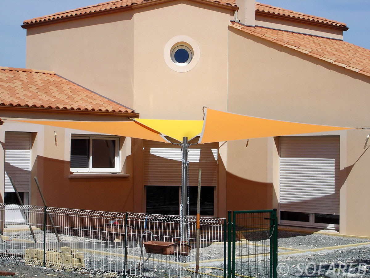 voile-d'ombrage-qualite-professionnelle-particulier-sur-mesure-mesures-demande-vendée-qualité-france-française-Sofareb-local-expérience-particuliers-professionnels-protection-solaire-terrasse-exterieur-design-moderne-jardin-ombre-ombrage-architecte-shadesail-terrasse-orange-jaune