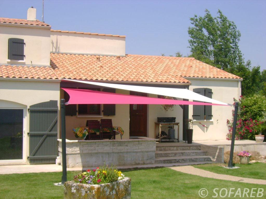 voile-d'ombrage-qualite-professionnelle-particulier-sur-mesure-mesures-demande-vendée-qualité-france-française-Sofareb-local-expérience-particuliers-professionnels-protection-solaire-terrasse-exterieur-design-moderne-jardin-ombre-ombrage-architecte-shadesail-terrasse-rose-blanche