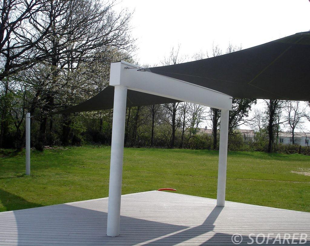 voile-d'ombrage-qualite-professionnelle-particulier-sur-mesure-mesures-demande-vendée-qualité-france-française-Sofareb-local-expérience-particuliers-professionnels-protection-solaire-terrasse-exterieur-design-moderne-jardin-ombre-ombrage-architecte-shadesail-terrasse-noire
