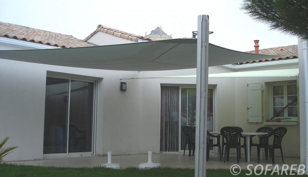 voile-d'ombrage-qualite-professionnelle-particulier-sur-mesure-mesures-demande-vendée-qualité-france-française-Sofareb-local-expérience-particuliers-professionnels-protection-solaire-terrasse-exterieur-design-moderne-jardin-ombre-ombrage-architecte-shadesail-terrasse-noire-grise