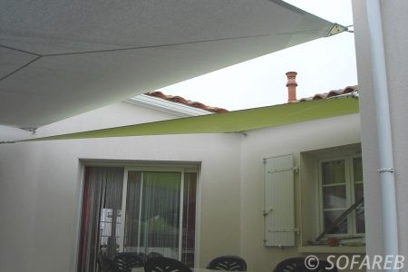 voile-d'ombrage-qualite-professionnelle-particulier-sur-mesure-mesures-demande-vendée-qualité-france-française-Sofareb-local-expérience-particuliers-professionnels-protection-solaire-terrasse-exterieur-design-moderne-jardin-ombre-ombrage-architecte-shadesail-terrasse-verte-blanche