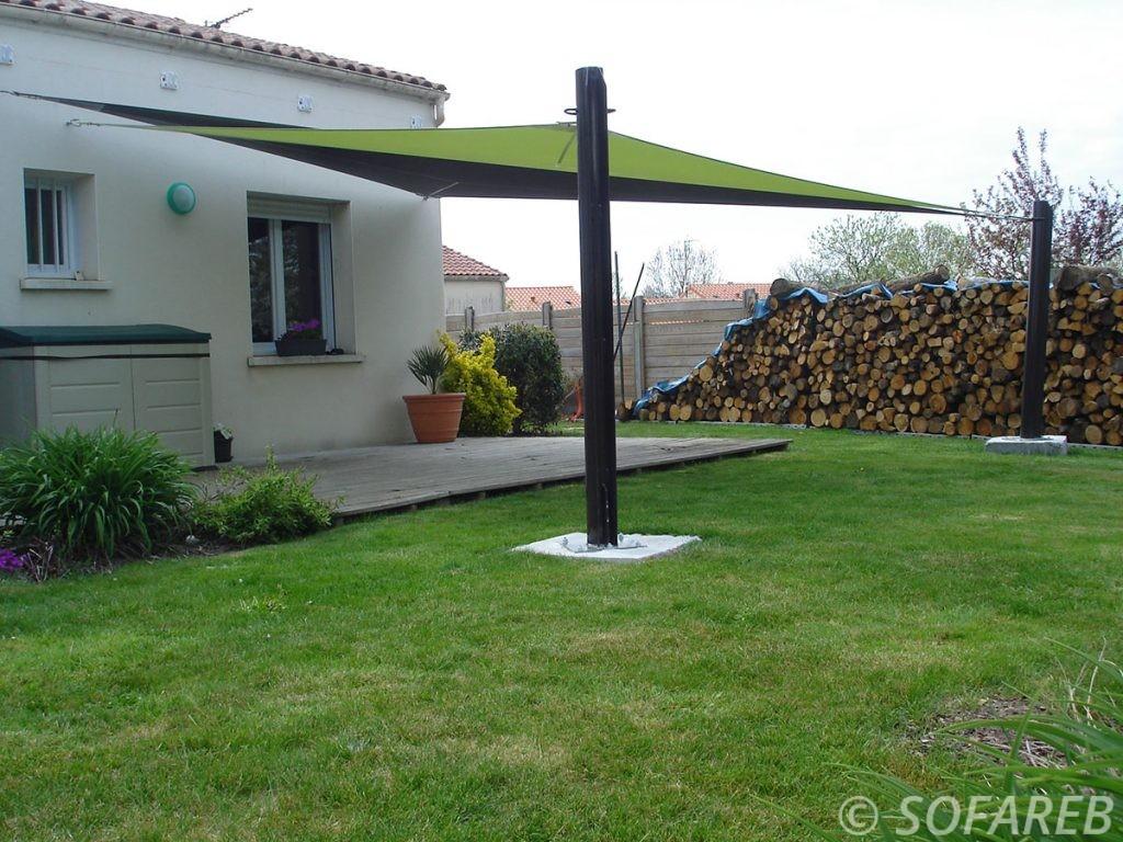 voile-d'ombrage-qualite-professionnelle-particulier-sur-mesure-mesures-demande-vendée-qualité-france-française-Sofareb-local-expérience-particuliers-professionnels-protection-solaire-terrasse-exterieur-design-moderne-jardin-ombre-ombrage-architecte-shadesail-terrasse-verte-noire