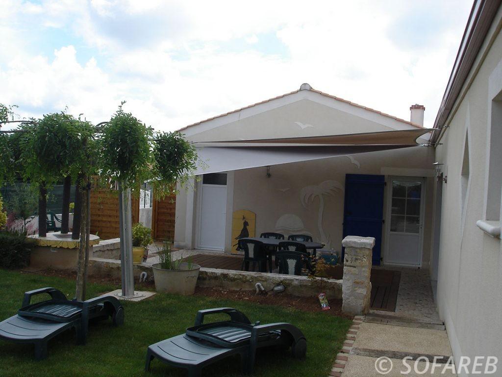 voile-d'ombrage-qualite-professionnelle-particulier-sur-mesure-mesures-demande-vendée-qualité-france-française-Sofareb-local-expérience-particuliers-professionnels-protection-solaire-terrasse-exterieur-design-moderne-jardin-ombre-ombrage-architecte-shadesail-terrasse-grise