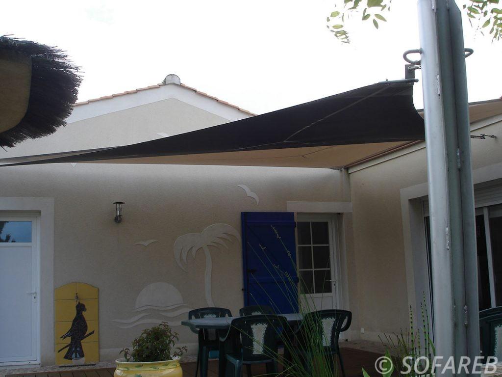 voile-d'ombrage-qualite-professionnelle-particulier-sur-mesure-mesures-demande-vendée-qualité-france-française-Sofareb-local-expérience-particuliers-professionnels-protection-solaire-terrasse-exterieur-design-moderne-jardin-ombre-ombrage-architecte-shadesail-terrasse-noire-brun-marron-chocolat-cafe