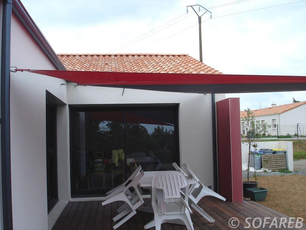 voile-d'ombrage-qualite-professionnelle-particulier-sur-mesure-mesures-demande-vendée-qualité-france-française-Sofareb-local-expérience-particuliers-professionnels-protection-solaire-terrasse-exterieur-design-moderne-jardin-ombre-ombrage-architecte-shadesail-terrasse-rouge-noire