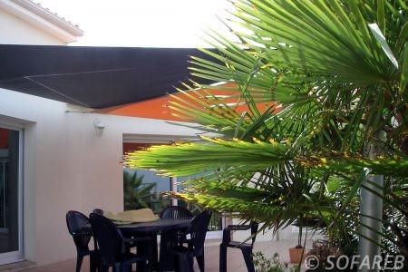 voile-d'ombrage-qualite-professionnelle-particulier-sur-mesure-mesures-demande-vendée-qualité-france-française-Sofareb-local-expérience-particuliers-professionnels-protection-solaire-terrasse-exterieur-design-moderne-jardin-ombre-ombrage-architecte-shadesail-terrasse-noire-orange