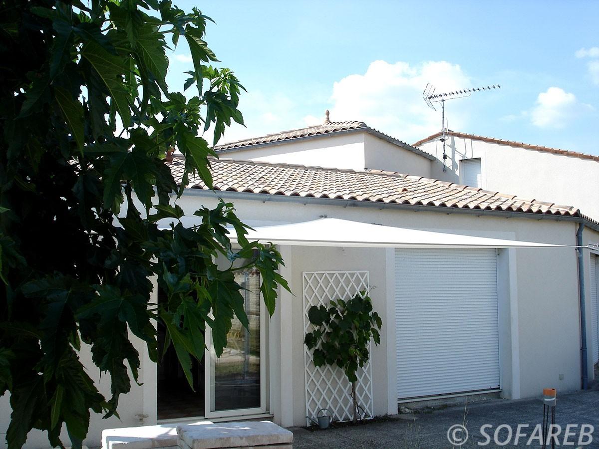 voile-d'ombrage-qualite-professionnelle-particulier-sur-mesure-mesures-demande-vendée-qualité-france-française-Sofareb-local-expérience-particuliers-professionnels-protection-solaire-terrasse-exterieur-design-moderne-jardin-ombre-ombrage-architecte-shadesail-terrasse-blanc