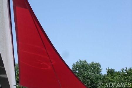 voile-d'ombrage-qualite-professionnelle-particulier-sur-mesure-mesures-demande-vendée-qualité-france-française-Sofareb-local-expérience-particuliers-professionnels-protection-solaire-terrasse-exterieur-design-moderne-jardin-ombre-ombrage-architecte-shadesail-terrasse-rouge-rose-blanc