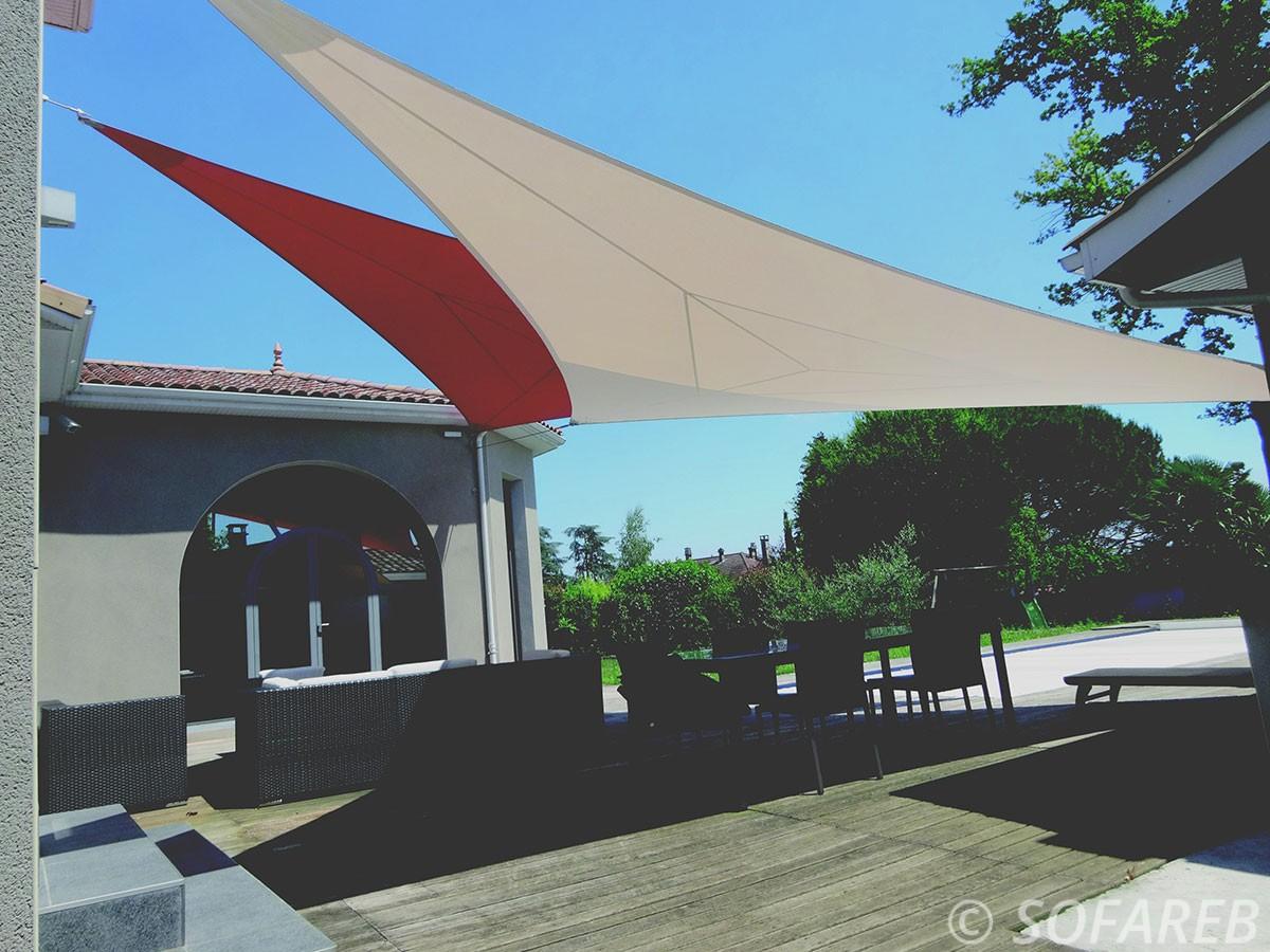 voile-d'ombrage-qualite-professionnelle-particulier-sur-mesure-mesures-demande-vendée-qualité-france-française-Sofareb-local-expérience-particuliers-professionnels-protection-solaire-terrasse-exterieur-design-moderne-jardin-ombre-ombrage-architecte-shadesail-terrasse-blanc-rouge