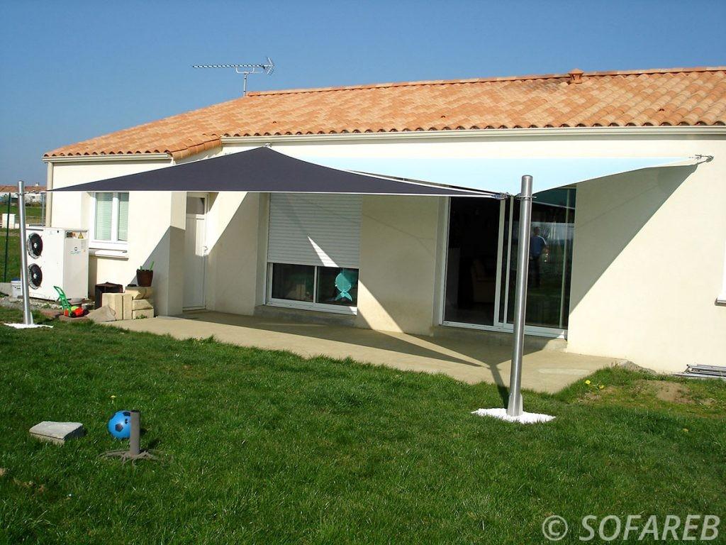 voile-d'ombrage-qualite-professionnelle-particulier-sur-mesure-mesures-demande-vendée-qualité-france-française-Sofareb-local-expérience-particuliers-professionnels-protection-solaire-terrasse-exterieur-design-moderne-jardin-ombre-ombrage-architecte-shadesail-terrasse-bleu-grise