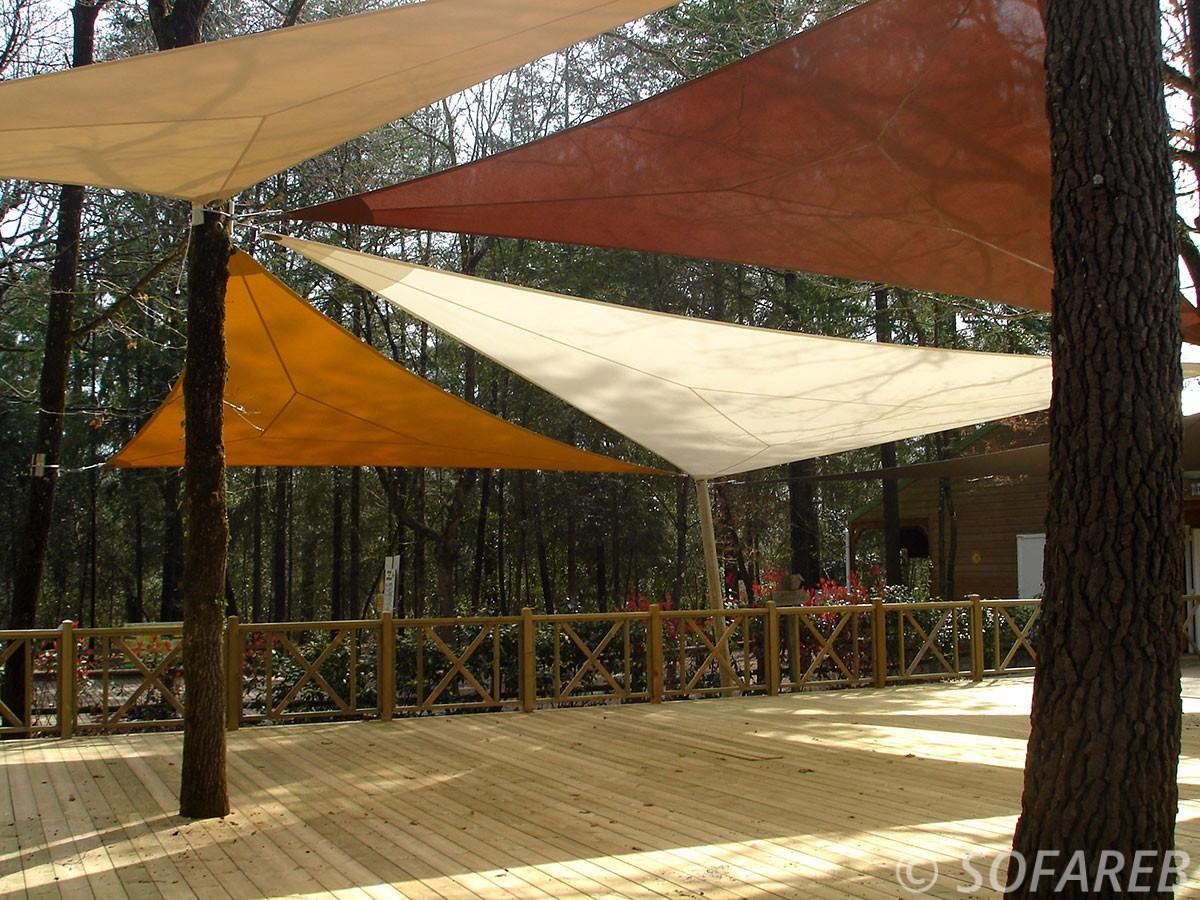 voile-d'ombrage-qualite-professionnelle-particulier-sur-mesure-mesures-demande-vendée-qualité-france-française-Sofareb-local-expérience-particuliers-professionnels-protection-solaire-terrasse-exterieur-design-moderne-jardin-ombre-ombrage-architecte-shadesail-terrasse-indian-forest-accrobranche-marron-jaune-chocolat-blanc-couleurs-automne-arbres-feuilles-escalade-naturel-parc-park
