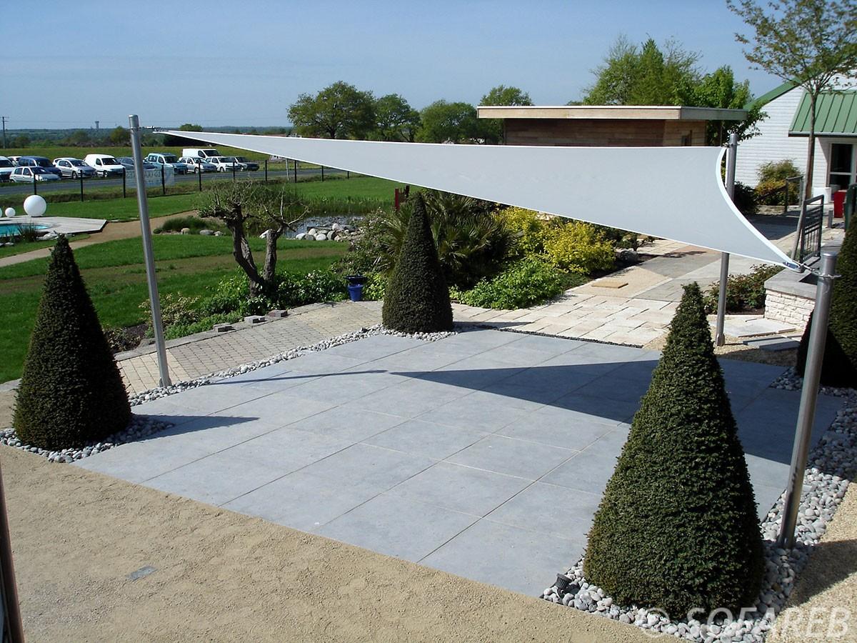 gris-voile-d'ombrage-qualite-professionnelle-particulier-sur-mesure-mesures-demande-vendée-qualité-france-française-Sofareb-local-expérience-particuliers-professionnels-protection-solaire-terrasse-exterieur-design-moderne-jardin-ombre-ombrage-architecte-shadesail-terrasse