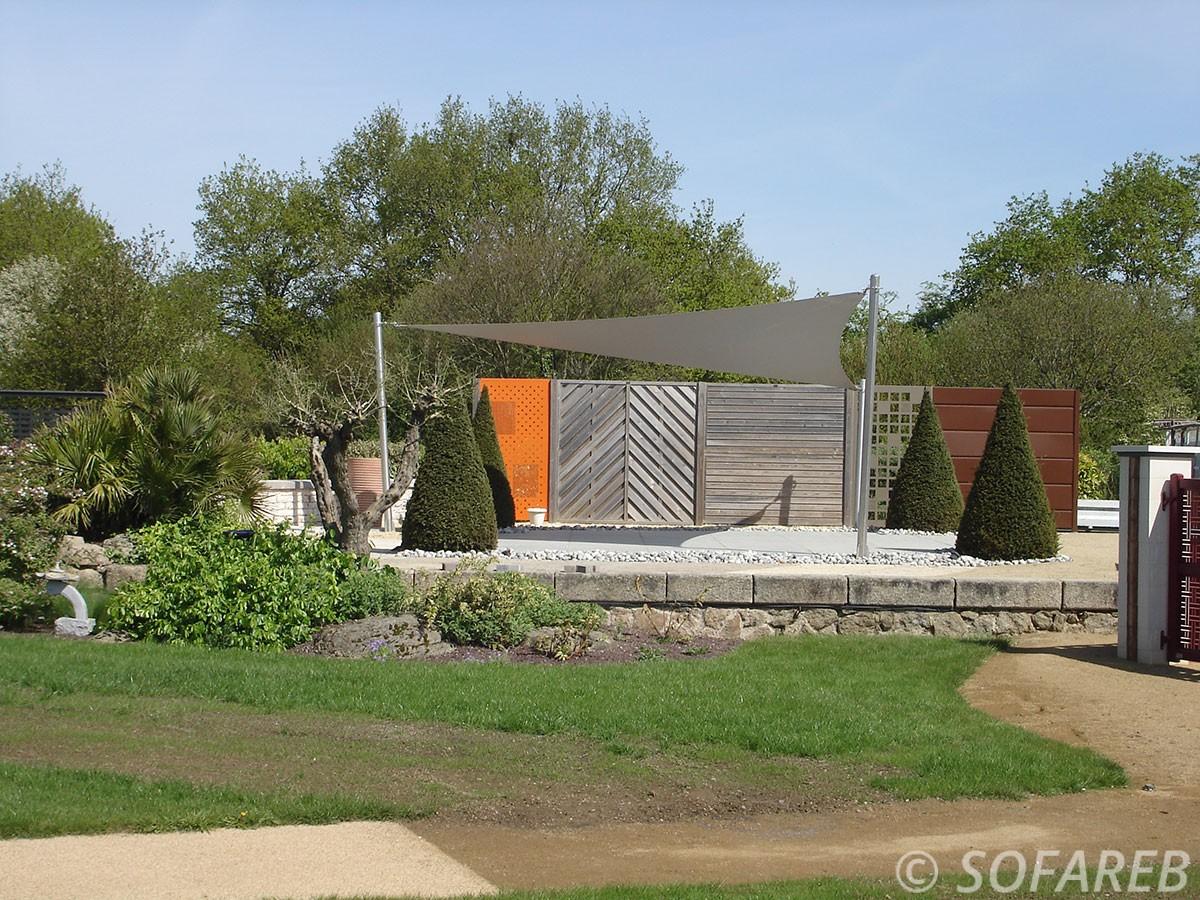 voile-d'ombrage-qualite-professionnelle-particulier-sur-mesure-mesures-demande-vendée-qualité-france-française-Sofareb-local-expérience-particuliers-professionnels-protection-solaire-terrasse-exterieur-design-moderne-jardin-ombre-ombrage-architecte-shadesail-terrasse