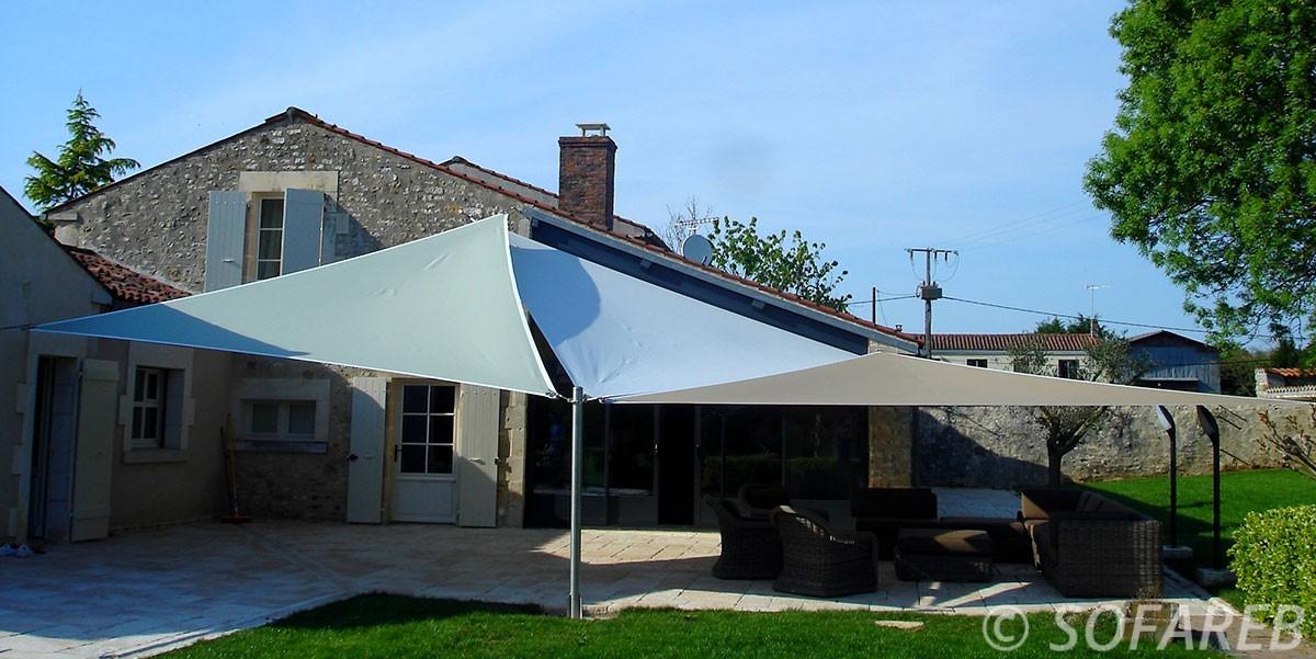 voile-d'ombrage-qualite-professionnelle-particulier-sur-mesure-mesures-demande-vendée-qualité-france-française-Sofareb-local-expérience-particuliers-professionnels-protection-solaire-terrasse-exterieur-design-moderne-jardin-ombre-ombrage-architecte-shadesail-terrasse-bleue-blue-grise