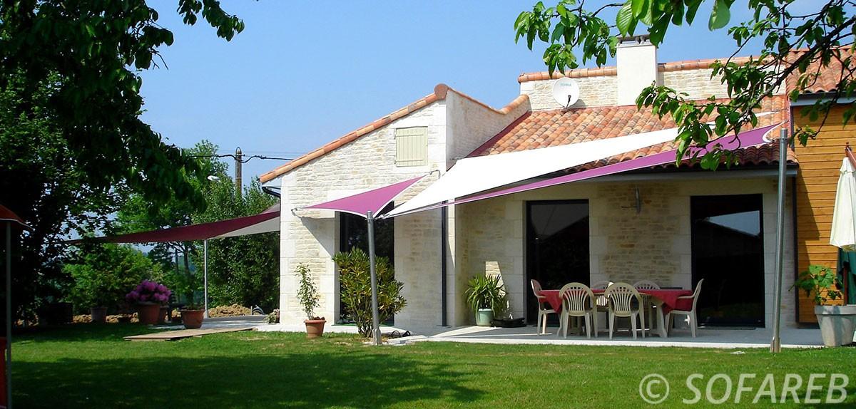 voile-d'ombrage-qualite-professionnelle-particulier-sur-mesure-mesures-demande-vendée-qualité-france-française-Sofareb-local-expérience-particuliers-professionnels-protection-solaire-terrasse-exterieur-design-moderne-jardin-ombre-ombrage-architecte-shadesail-terrasse-rose-blanche-exterieur-espace-maison