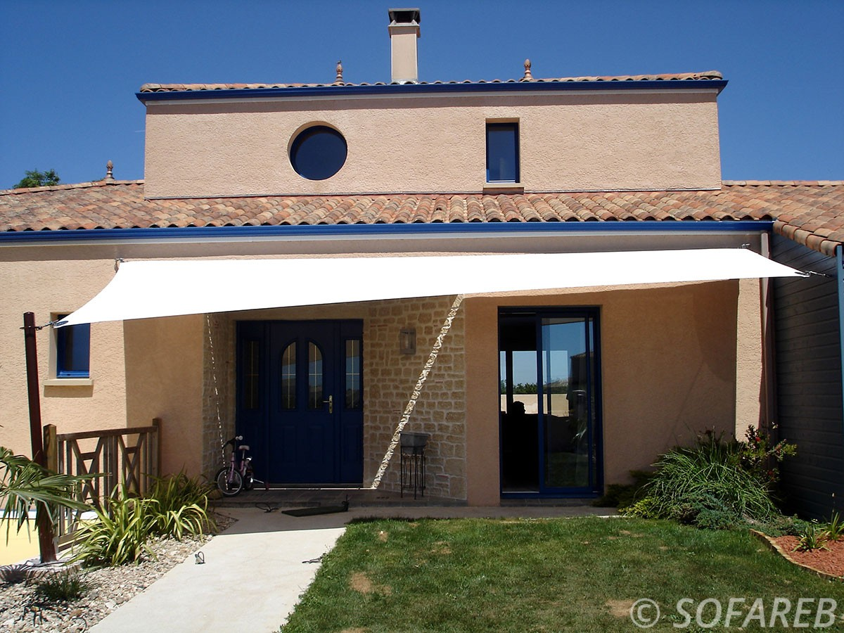 voile-d'ombrage-qualite-professionnelle-particulier-sur-mesure-mesures-demande-vendée-qualité-france-française-Sofareb-local-expérience-particuliers-professionnels-protection-solaire-terrasse-exterieur-design-moderne-jardin-ombre-ombrage-architecte-shadesail-terrasse-blanche-maison-bleue