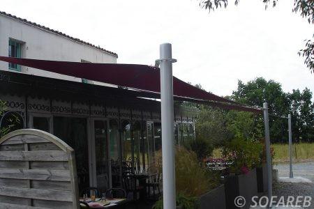 rose-terrasse-voile-d'ombrage-qualite-professionnelle-particulier-sur-mesure-mesures-demande-vendée-qualité-france-française-Sofareb-local-expérience-particuliers-professionnels-protection-solaire-terrasse-exterieur-design-moderne-jardin-ombre-ombrage-architecte-shadesail-terrasse