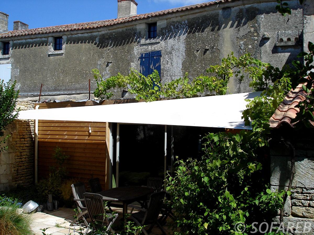 blanche--voile-d'ombrage-qualite-professionnelle-particulier-sur-mesure-mesures-demande-vendée-qualité-france-française-Sofareb-local-expérience-particuliers-professionnels-protection-solaire-terrasse-exterieur-design-moderne-jardin-ombre-ombrage-architecte-shadesail-terrasse