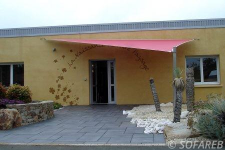 voile-d'ombrage-qualite-professionnelle-particulier-sur-mesure-mesures-demande-vendée-qualité-france-française-Sofareb-local-expérience-particuliers-professionnels-protection-solaire-terrasse-exterieur-design-moderne-jardin-ombre-ombrage-architecte-shadesail-terrasse-rouge