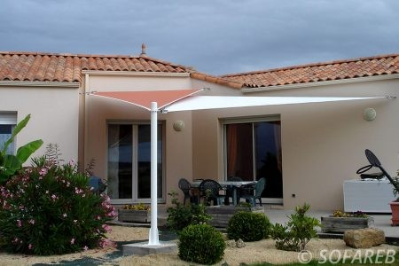 voile-d'ombrage-qualite-professionnelle-particulier-sur-mesure-mesures-demande-vendée-qualité-france-française-Sofareb-local-expérience-particuliers-professionnels-protection-solaire-terrasse-exterieur-design-moderne-jardin-ombre-ombrage-architecte-shadesail-terrasse-orange-blanche