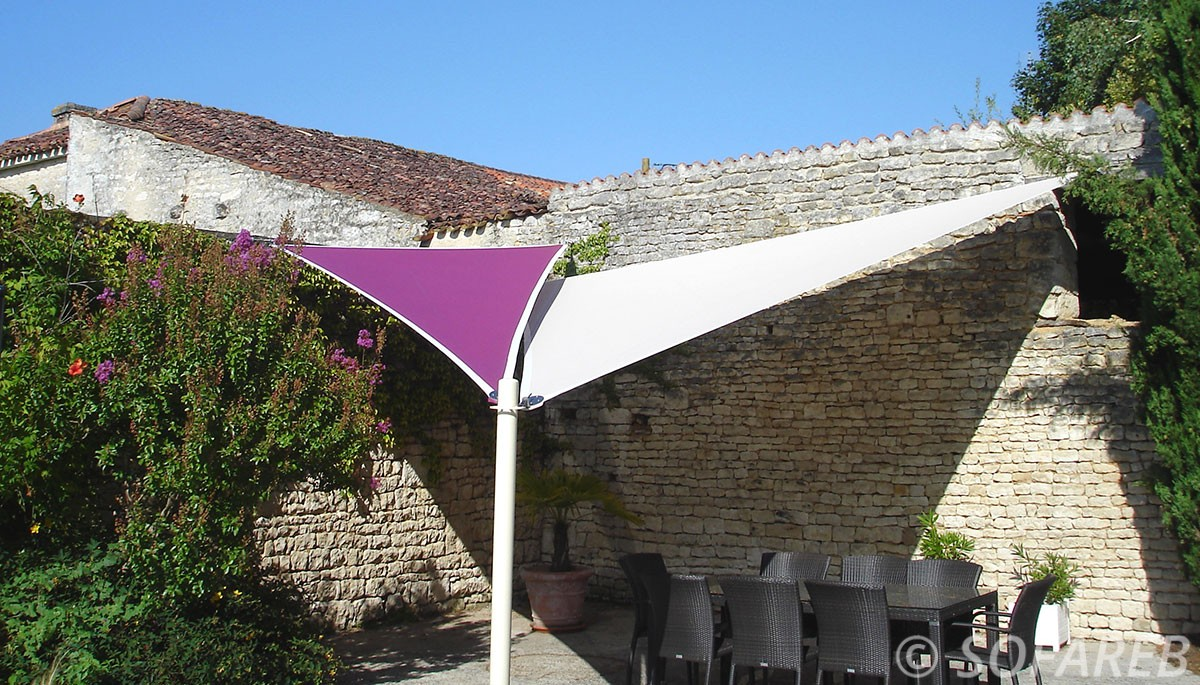 voiles-d-ombrage-triangulaires-rose-et-blanche-posee-au-fond-du-jardin-par-l-equipe-Sofareb