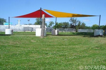 jaune-rouge-voile-d'ombrage-qualite-professionnelle-particulier-sur-mesure-mesures-demande-vendée-qualité-france-française-Sofareb-local-expérience-particuliers-professionnels-protection-solaire-terrasse-exterieur-design-moderne-jardin-ombre-ombrage-architecte-shadesail-terrasse