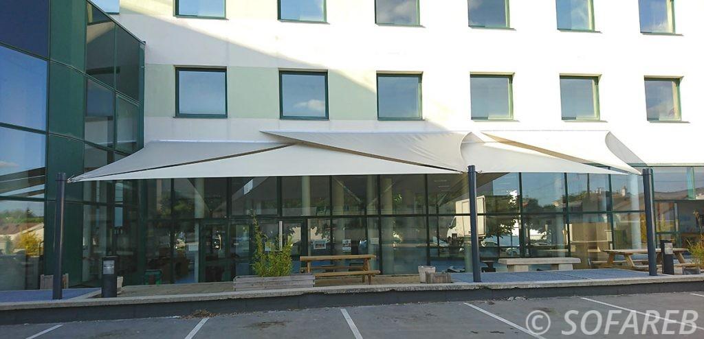 voile-d'ombrage-qualite-professionnelle-particulier-sur-mesure-mesures-vendée-qualité-france-française-Sofareb-local-expérience-particulier-professionnels-protection-solaire-terrasse-exterieur-design-moderne-jardin-ombre-ombrage-architecte-shadesail-ices-la-roche-suryon