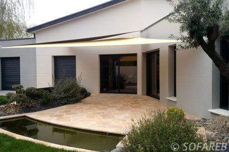 voile-d'ombrage-qualite-professionnelle-particulier-sur-mesure-mesures-vendée-qualité-france-française-Sofareb-local-expérience-particulier-professionnels-protection-solaire-terrasse-exterieur-design-moderne-jardin-ombre-ombrage-architecte-shadesail-blanc-noir