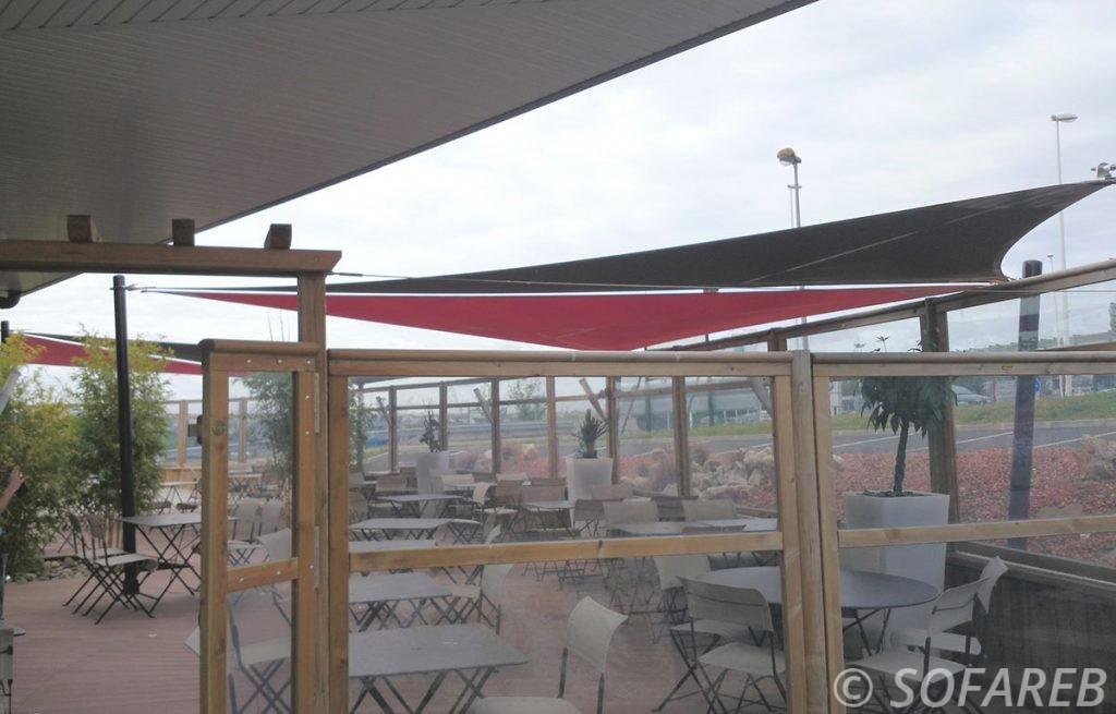 voile-d'ombrage-qualite-professionnelle-particulier-sur-mesure-mesures-vendée-qualité-france-française-Sofareb-local-expérience-particulier-professionnels-protection-solaire-terrasse-exterieur-design-moderne-jardin-ombre-ombrage-architecte-shadesail-rouge-noir-terrasse-restaurant