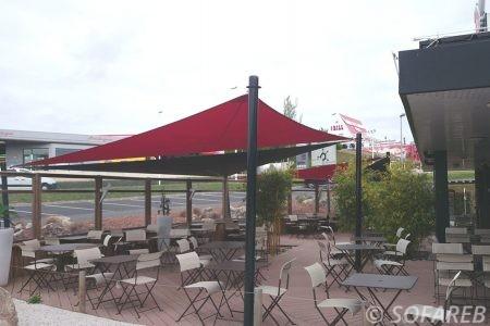 voile-d'ombrage-qualite-professionnelle-particulier-sur-mesure-mesures-vendée-qualité-france-française-Sofareb-local-expérience-particulier-professionnels-protection-solaire-terrasse-exterieur-design-moderne-jardin-ombre-ombrage-architecte-shadesail-rouge-noir