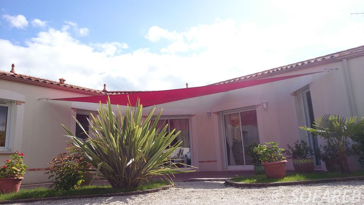 voile-d'ombrage-qualite-professionnelle-particulier-sur-mesure-mesures-vendée-qualité-france-française-Sofareb-local-expérience-particulier-professionnels-protection-solaire-terrasse-exterieur-design-moderne-jardin-ombre-ombrage-architecte-shadesail-rouge-red