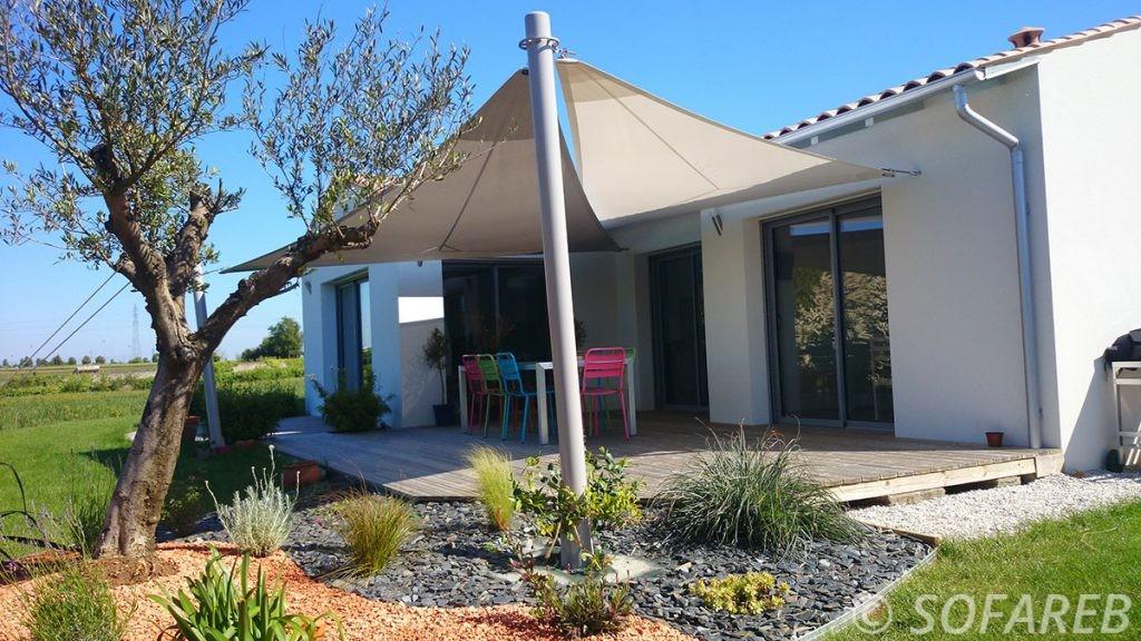 voile-d'ombrage-qualite-professionnelle-particulier-sur-mesure-mesures-vendée-qualité-france-française-Sofareb-local-expérience-particulier-professionnels-protection-solaire-terrasse-exterieur-design-moderne-jardin-ombre-ombrage-architecte-shadesail-blanc-chocolat