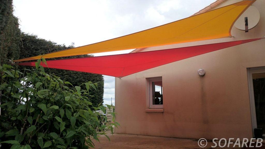 voile-d'ombrage-qualite-professionnelle-particulier-sur-mesure-mesures-vendée-qualité-france-française-Sofareb-local-expérience-particulier-professionnels-protection-solaire-terrasse-exterieur-design-moderne-jardin-ombre-ombrage-architecte-shadesail-rouge-jaune