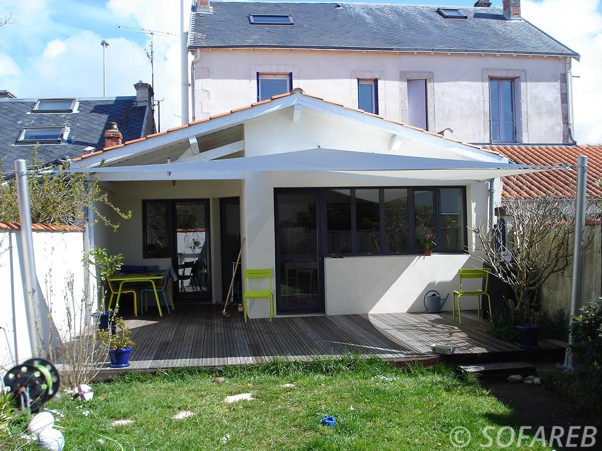 Grandes-voiles-d-'ombrage-fabriquées-sur-mesure-et-installées-dans-le-jardin-d'une-maison-à-La-Rochelle