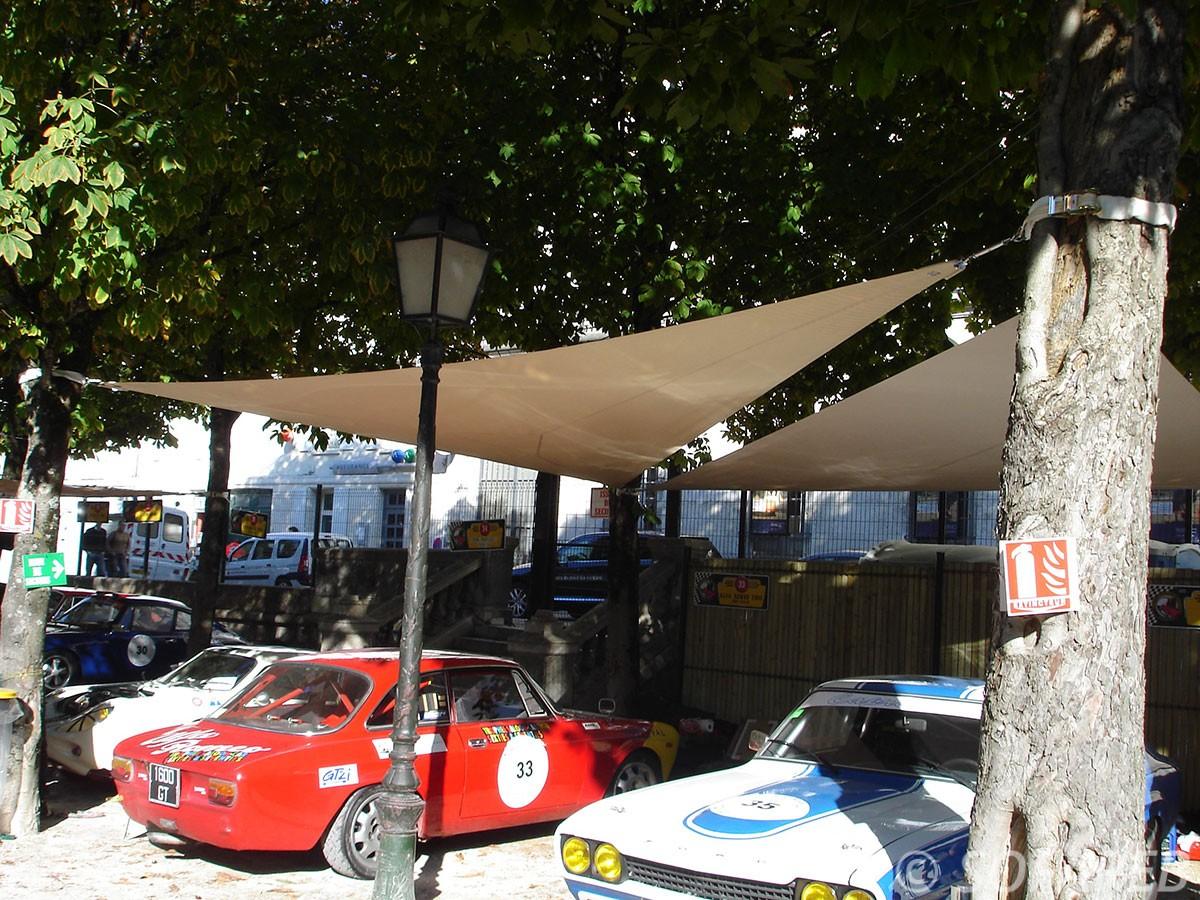 Voiles-d-ombrage-fabriquées-et-installées-par-notre-équipe-sofareb-pour-protéger-les-voitures-anciennes-exposées-lors-d-un-salon