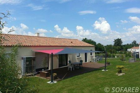 voile-d'ombrage-qualite-professionnelle-particulier-sur-mesure-mesures-demande-vendée-qualité-france-française-Sofareb-local-expérience-particuliers-professionnels-protection-solaire-terrasse-exterieur-design-moderne-jardin-ombre-ombrage-architecte-shadesail-terrasse-rouge-grise