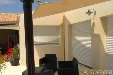 voile-d'ombrage-qualite-professionnelle-particulier-sur-mesure-mesures-demande-vendée-qualité-france-française-Sofareb-local-expérience-particuliers-professionnels-protection-solaire-terrasse-exterieur-design-moderne-jardin-ombre-ombrage-architecte-shadesail-terrasse-blanche-beige