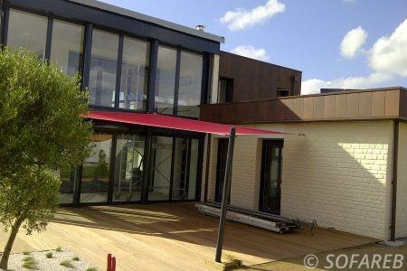 Voile d-ombrage rouge devanture maison neuve