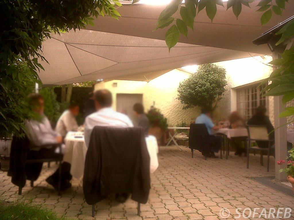 Grandes voiles d'ombrage qui protège les clients d'un restaurant vendéen