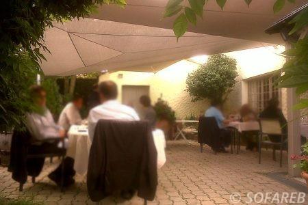 Voile d-ombrage blanc terrasse restaurant moderne chaleureux